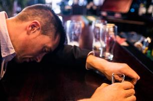 Drunk man having a shooterの写真素材 [FYI00010379]