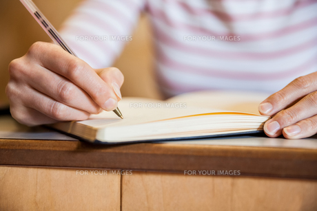 Female student writing notesの写真素材 [FYI00010382]