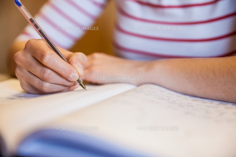 Female student writing notesの写真素材 [FYI00010383]