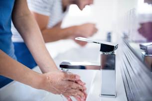 Couple in bathroomの写真素材 [FYI00010389]