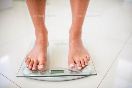 Feet of woman on weighting scaleの素材 [FYI00010394]