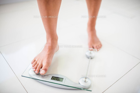 Womans feet going on weighting scaleの素材 [FYI00010395]