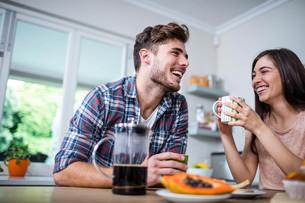 Happy couple having breakfast togetherの素材 [FYI00010408]