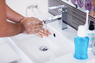 Close up of washing hands with soap under running waterの写真素材 [FYI00010429]