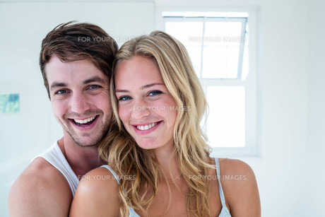 Happy couple hugging at homeの写真素材 [FYI00010430]