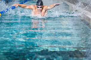 Fit man swimmingの写真素材 [FYI00010433]