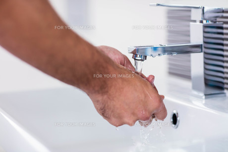Close up of washing hands under running waterの写真素材 [FYI00010442]