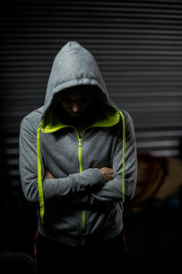 Athlete wearing hood with head downの写真素材 [FYI00010483]