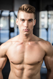 Fit muscular man posing shirtlessの写真素材 [FYI00010490]