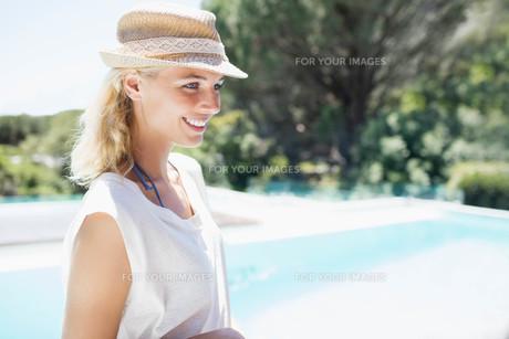 Smiling blonde looking awayの写真素材 [FYI00010505]