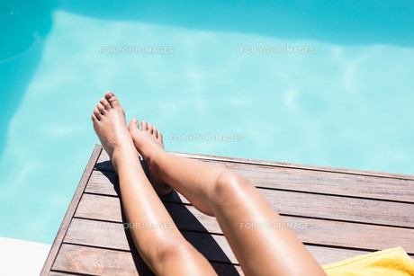 Feet of woman on pool edgeの写真素材 [FYI00010509]