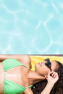 Fit brunette lying on towelの写真素材 [FYI00010515]