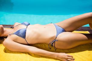 Fit woman lying on towelの写真素材 [FYI00010517]