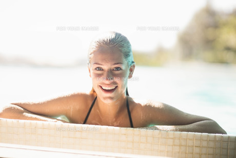 Portrait of smiling blonde in the poolの写真素材 [FYI00010520]