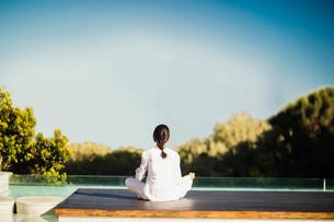 Calm brunette doing yoga の写真素材 [FYI00010527]