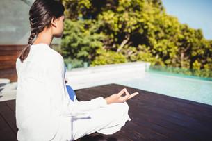 Calm brunette doing yogaの写真素材 [FYI00010528]