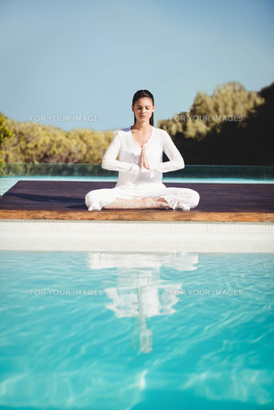 Calm brunette doing yogaの写真素材 [FYI00010529]