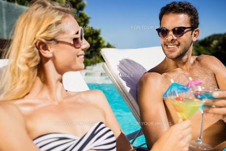 Couple relaxing on deckchairsの写真素材 [FYI00010535]