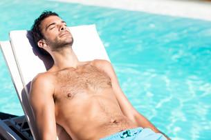 Handsome man resting on deckchairの写真素材 [FYI00010536]