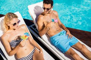 Couple relaxing on deckchairsの写真素材 [FYI00010538]