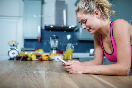 Fit girl sending text messagesの写真素材 [FYI00010546]