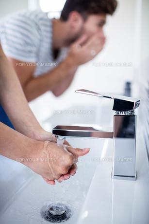 Young couple in bathroomの素材 [FYI00010561]