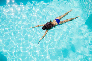 Fit woman swimming in the poolの写真素材 [FYI00010571]