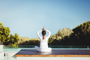Calm brunette doing yogaの写真素材 [FYI00010574]