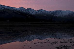 春の夕焼け空と白馬三山の写真素材 [FYI00023521]