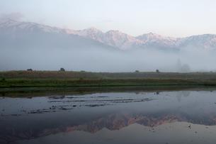 静かな朝 - 朝霧が晴れて姿を現す白馬三山の写真素材 [FYI00023523]