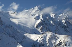早春の八方尾根から望む白馬鑓ヶ岳の写真素材 [FYI00023529]