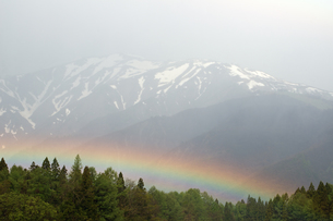 春の八方尾根と虹の素材 [FYI00023530]