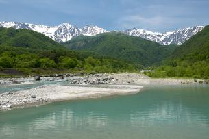 初夏の白馬三山と松川の写真素材 [FYI00023563]