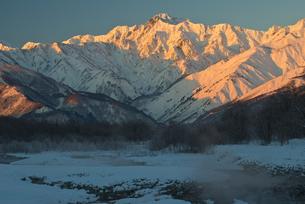 冬の五龍岳の朝焼けの写真素材 [FYI00023595]