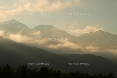 春の夕の白馬三山の写真素材 [FYI00023640]