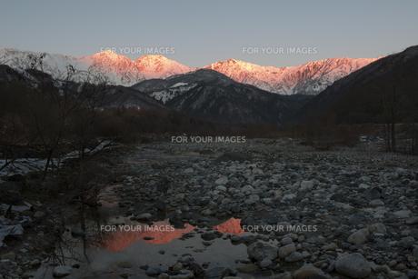 初冬の白馬三山の朝焼けの素材 [FYI00023711]
