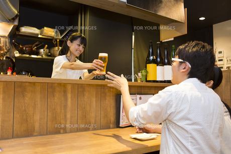 飲み会を楽しむ若者たちの素材 [FYI00023716]