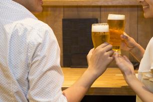 飲み会を楽しむ若者たちの写真素材 [FYI00023717]