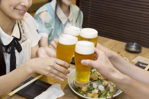 飲み会を楽しむ若者たちの素材 [FYI00023718]