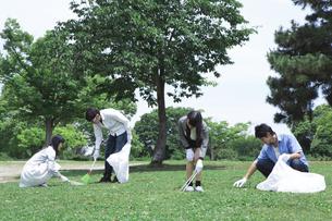 清掃活動をする学生たちの写真素材 [FYI00023725]
