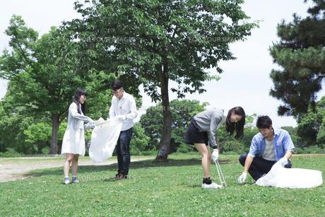 清掃活動をする学生たちの写真素材 [FYI00023731]