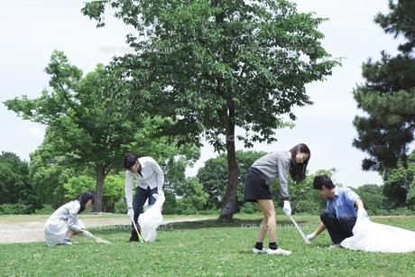 清掃活動をする学生たちの素材 [FYI00023742]