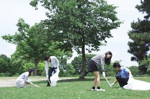 清掃活動をする学生たちの写真素材 [FYI00023742]