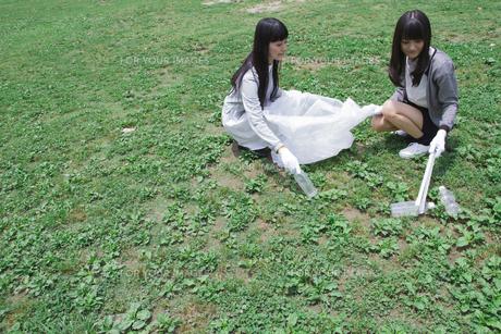 清掃活動をする学生たちの写真素材 [FYI00023744]