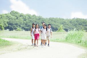 登下校中の小学生の素材 [FYI00023773]