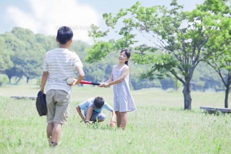 野球をする小学生の素材 [FYI00023774]