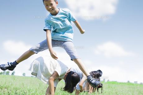 公園で遊ぶ小学生の素材 [FYI00023778]