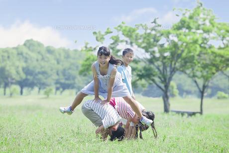 公園で遊ぶ小学生の写真素材 [FYI00023780]