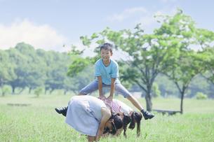 公園で遊ぶ小学生の素材 [FYI00023786]
