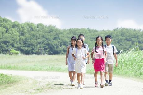 登下校中の小学生の素材 [FYI00023792]
